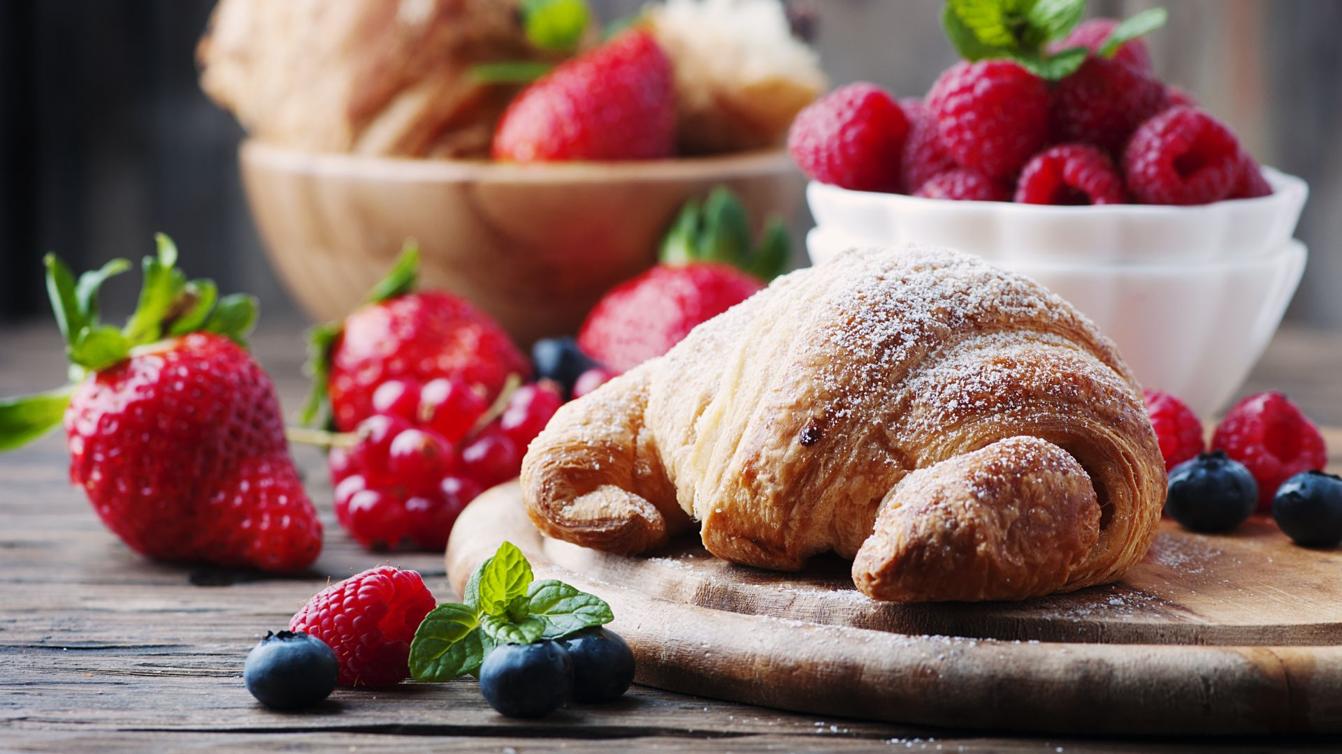 французкие круасаны, French croissants, fruit, berries, strawberry, raspberry, delicious, 4k (horizontal)