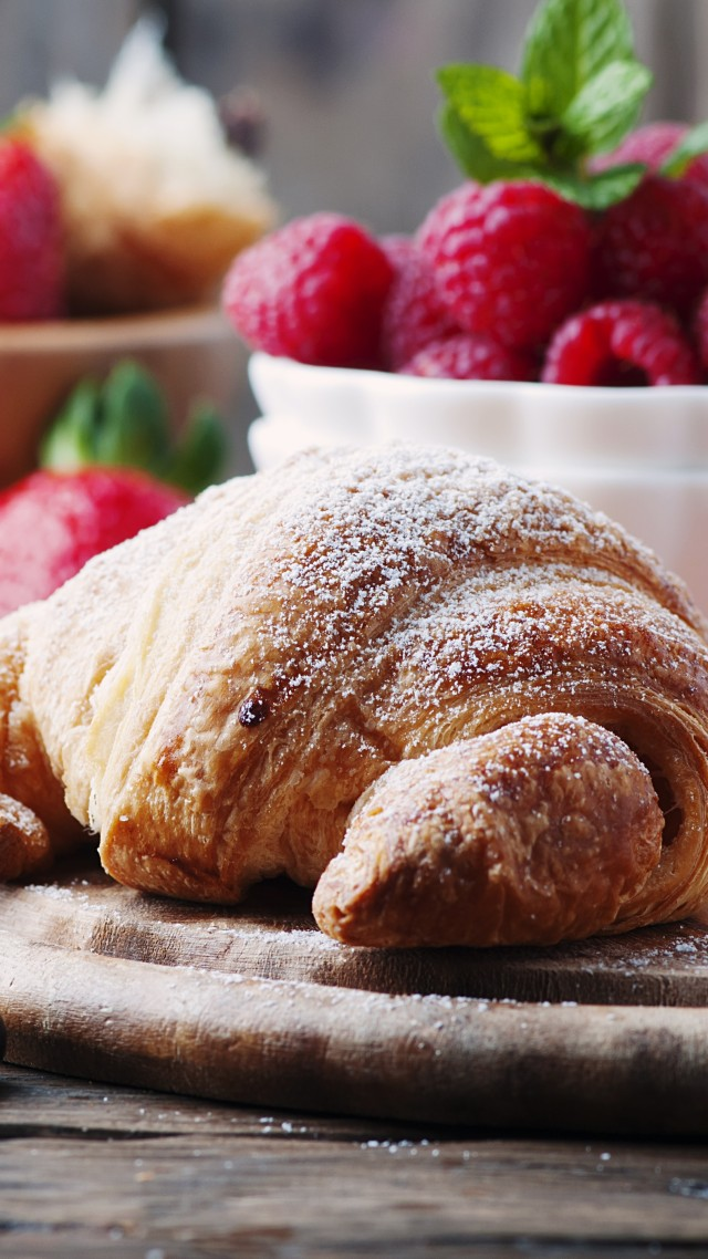 французкие круасаны, French croissants, fruit, berries, strawberry, raspberry, delicious, 4k (vertical)